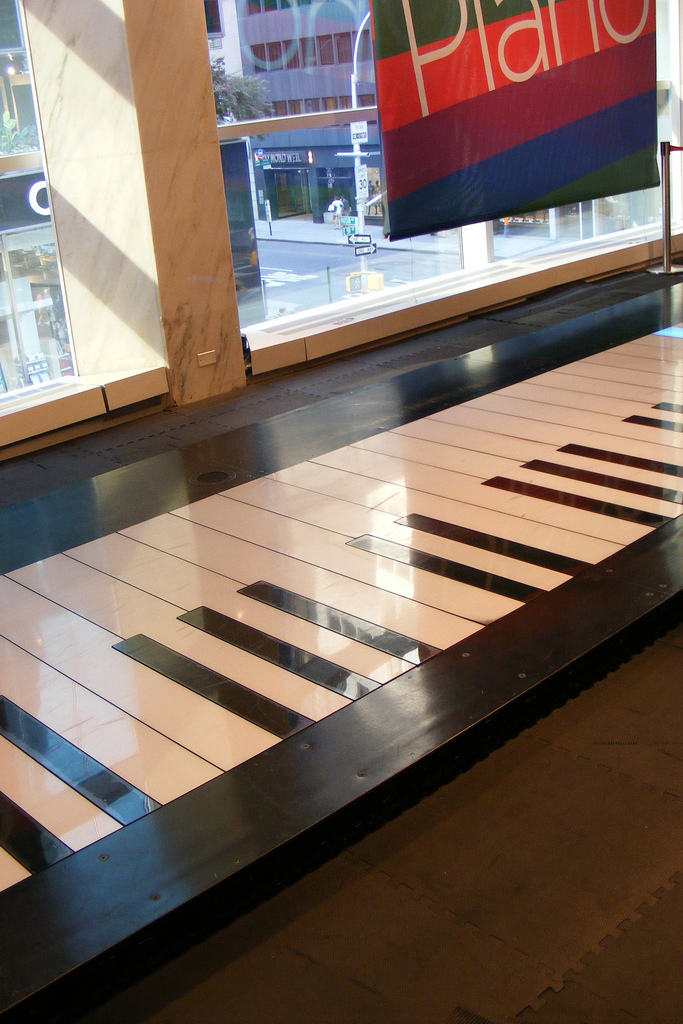 The giant floor piano made famous in new york pictures for Smallest piano size